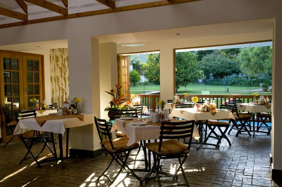 Rivonia Bed & Breakfast: The dining room by the pool.
