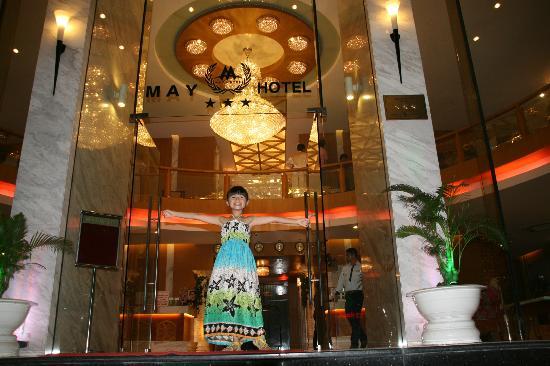 May Hotel: Devant l'hôtel