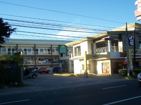 Tagaytay Haven Hotel: Hauptstrasse, JolliBee und dahinter das Hotel