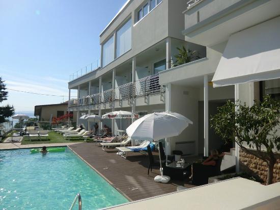 Blick zum Pool/ Garten - Picture of Hotel Villa Katy, Bardolino ...