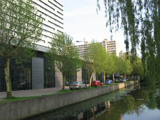Novotel Amsterdam City: Canal jouxtant l'hotel