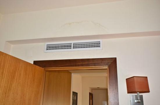 Hotel Principe Real: Humidité sur le mur sous la clim