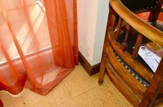 Hotel Principe Real: Humidité sur les murs