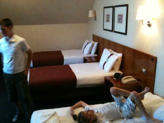 Holiday Inn Luton-South: kids adjoining room
