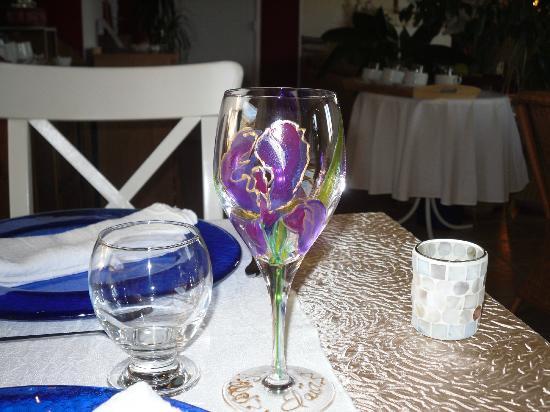 Hotel Villa Elaia : Verre à vin peint à la main par l'hôtesse Anne