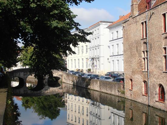 Europ Hotel: Canal y hotel al fondo