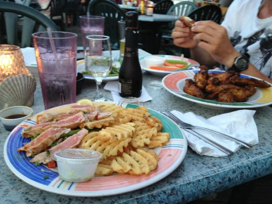 Shuckers Dockside Bar & Grill: Thunfisch und Chicken Wings