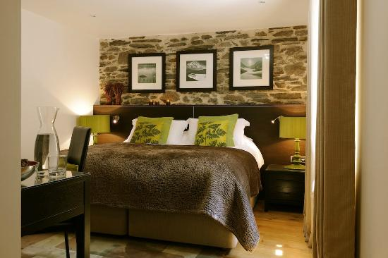 Chalet Abode - The Alpine Club : Bedroom 3 with twin/king-sized bed & en-suite bathroom