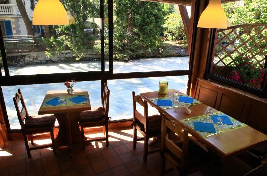 Léna Cooking Crêperie : Salle avec vue sur l'arve