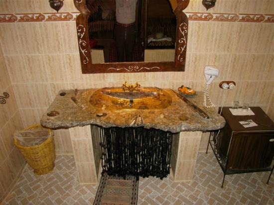 Kasbah Hotel Xaluca Arfoud: marble washbasin