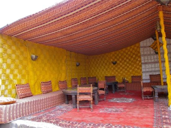 Kasbah Hotel Xaluca Arfoud: outside sitting area under a tent
