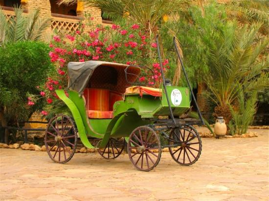 Kasbah Hotel Xaluca Arfoud: antique carriage in the yard