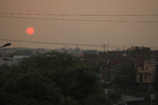 Crowne Plaza Today New Delhi Okhla: Sunset view from pool