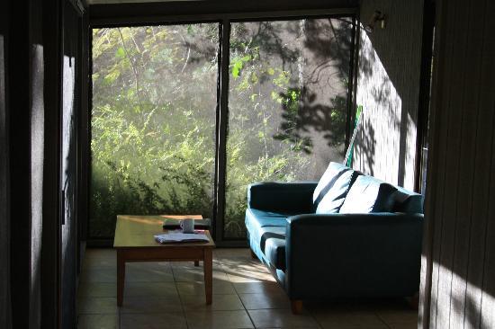 بيرون باي رينفورست ريزورت: The screened veranda 