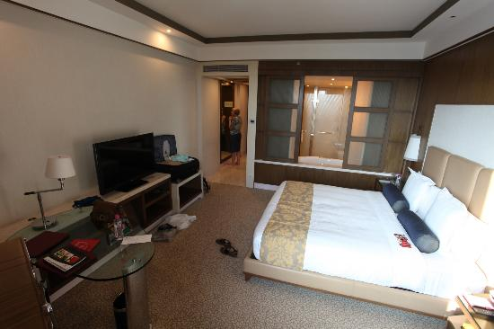 Crowne Plaza Today New Delhi Okhla: View of room and bathroom