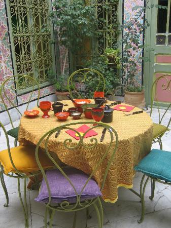 La Chambre bleue : La table du petit déjeuner ... et d'autres plats vont encore arriver