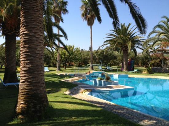Lycasti Maisonettes: Der Innenhof von Lycasti mit dem schönen Pool