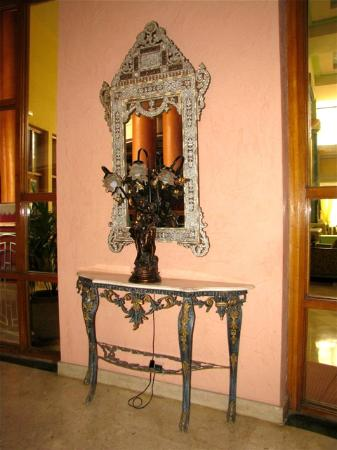 Hotel Agadir Beach Club: antiques in the lobby