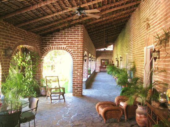 Todos Santos Inn: Arcade and sitting area fronting rooms