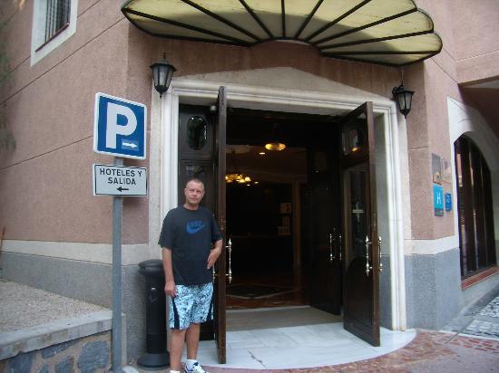 Indgangen ved Hotel Leon