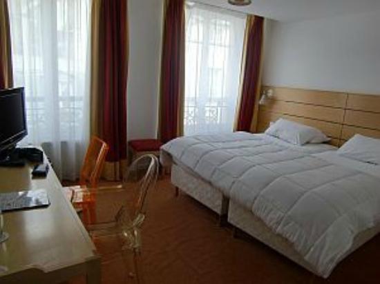 Hotel Lorette - Astotel: 狭さは感じなくて透明の椅子がおしゃれでした。