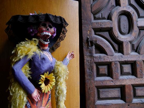 Hotel Catedral: Museo de la caricatura a dos puertas