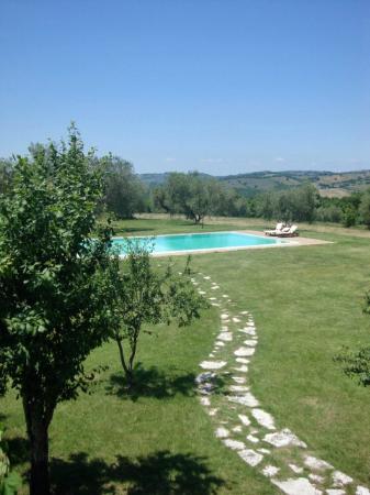 Agriturismo I Tre Casali: la piscina dal balcone