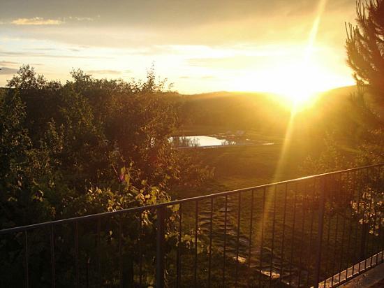 Agriturismo I Tre Casali: la piscina dal balcone al tramonto