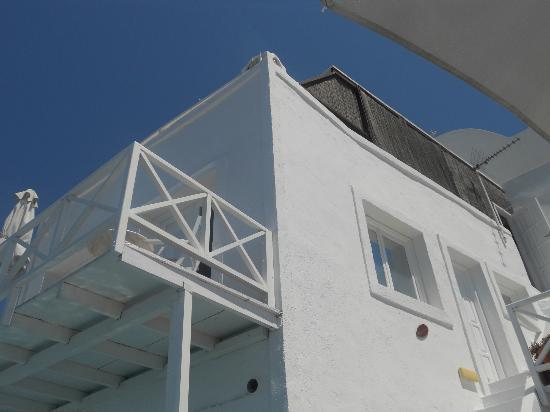 Aeolos Studios & Suites: la facciata dell'hotel