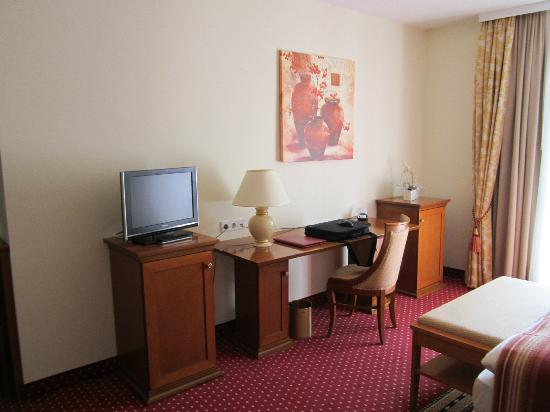 Hotel Kunz bequemes bett mit zusätzlichen kissen im kleiderschrank picture of