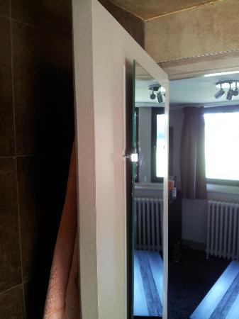 Le Pavillon de Gouffern : Rafistolage du miroir