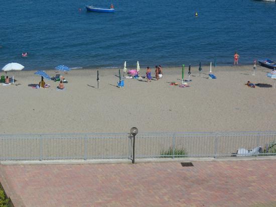 Hotel Dolce Stella: L'organizzatissima spiaggia