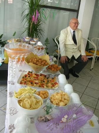 """Hotel Dear : Una parte del tavolo """"aperitivo e stuzzichini"""""""