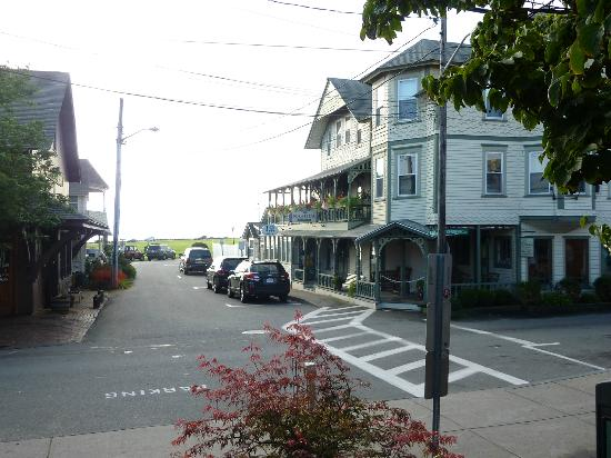 Nashua House Hotel: view of hotel (right) from pedestrian mall (heart of oak bluffs) ... ocean park and ocean beyoin
