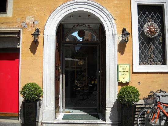 Albergo del Sole Al Pantheon: Hotel entry