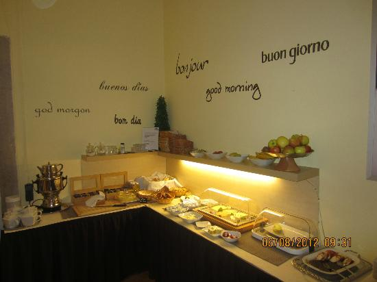Apartment Hotel Konstanz: One corner of the self-service breakfast area