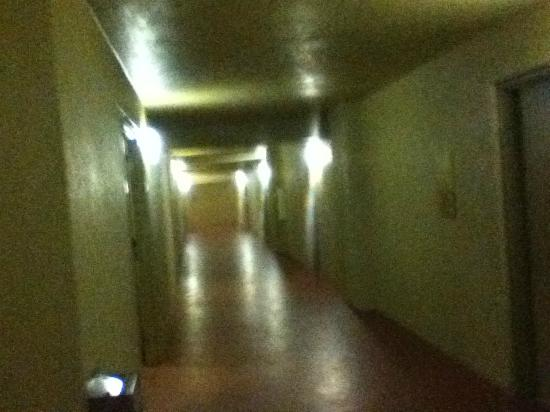 DiamondHead Beach Resort Hotel: DARK ALLEY