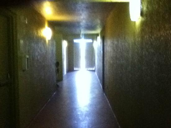 DiamondHead Beach Resort Hotel: Dark Alley II