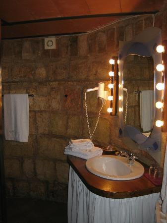 Hotel Castell de Gimenelles: Baño