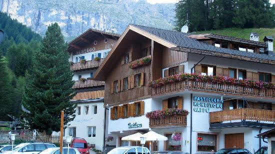 Hotel Genziana: vista hotel e pasticceria