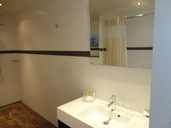 Hilton Garden Inn Leiden : bathroom