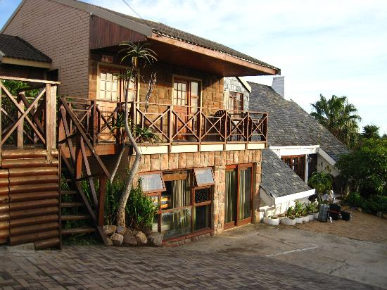 Lungile Backpackers Lodge : Attached lodge where doubles were