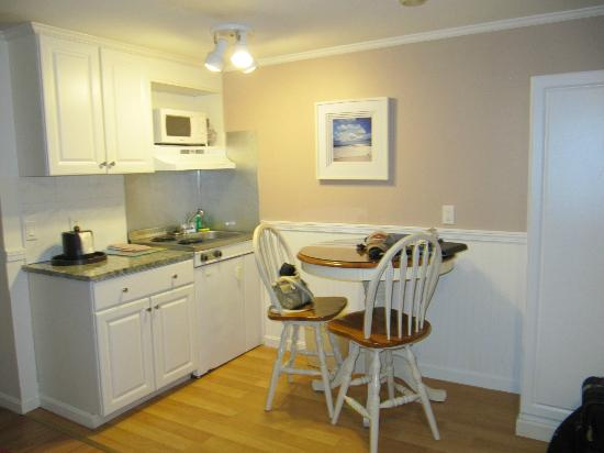 SeaCoast Inn: dinette with fridge, cooktop, even dishes