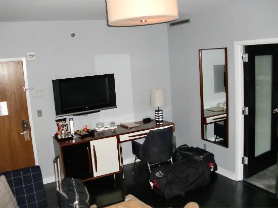 6 Columbus - A SIXTY Hotel: Le salon de notre chambre