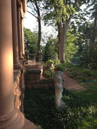 Henderson Castle Inn: walkway