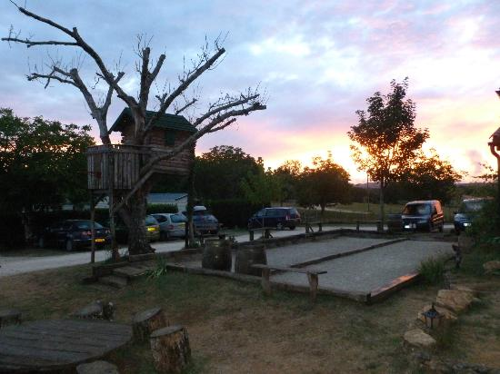 Camping Domaine des Mathevies: Tree house, boules and an amazing sunset
