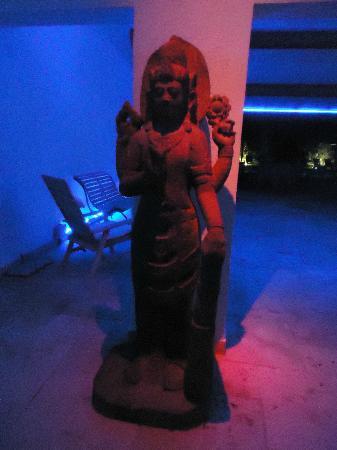 Le Mas de Cocagne : Statuette dans l'entrée