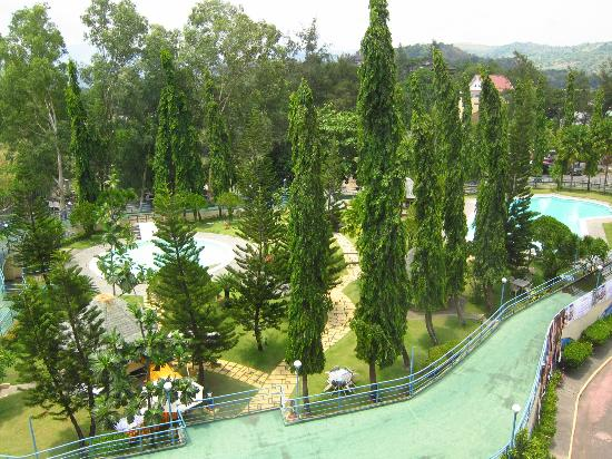 Wild Orchid Beach Resort Subic Bay: View onto unused pool
