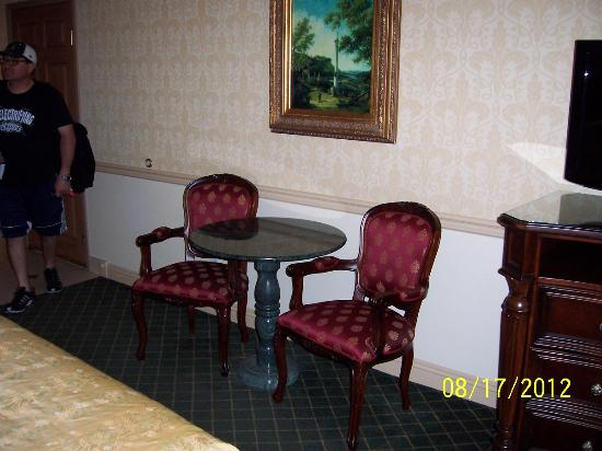 Ayres Hotel Laguna Woods: Table & Two Chairs in Room
