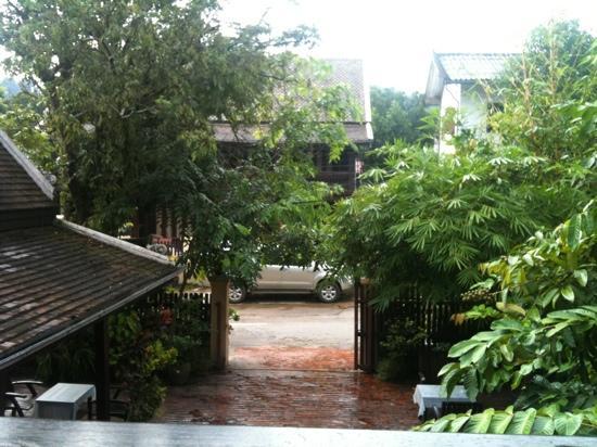 Villa Lao Wooden House: l'entrata